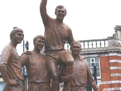 Conjunto escultórico 'The Champions', cerca de Boleyn Ground. Hurst es el segundo por la izquierda (WIKIPEDIA).