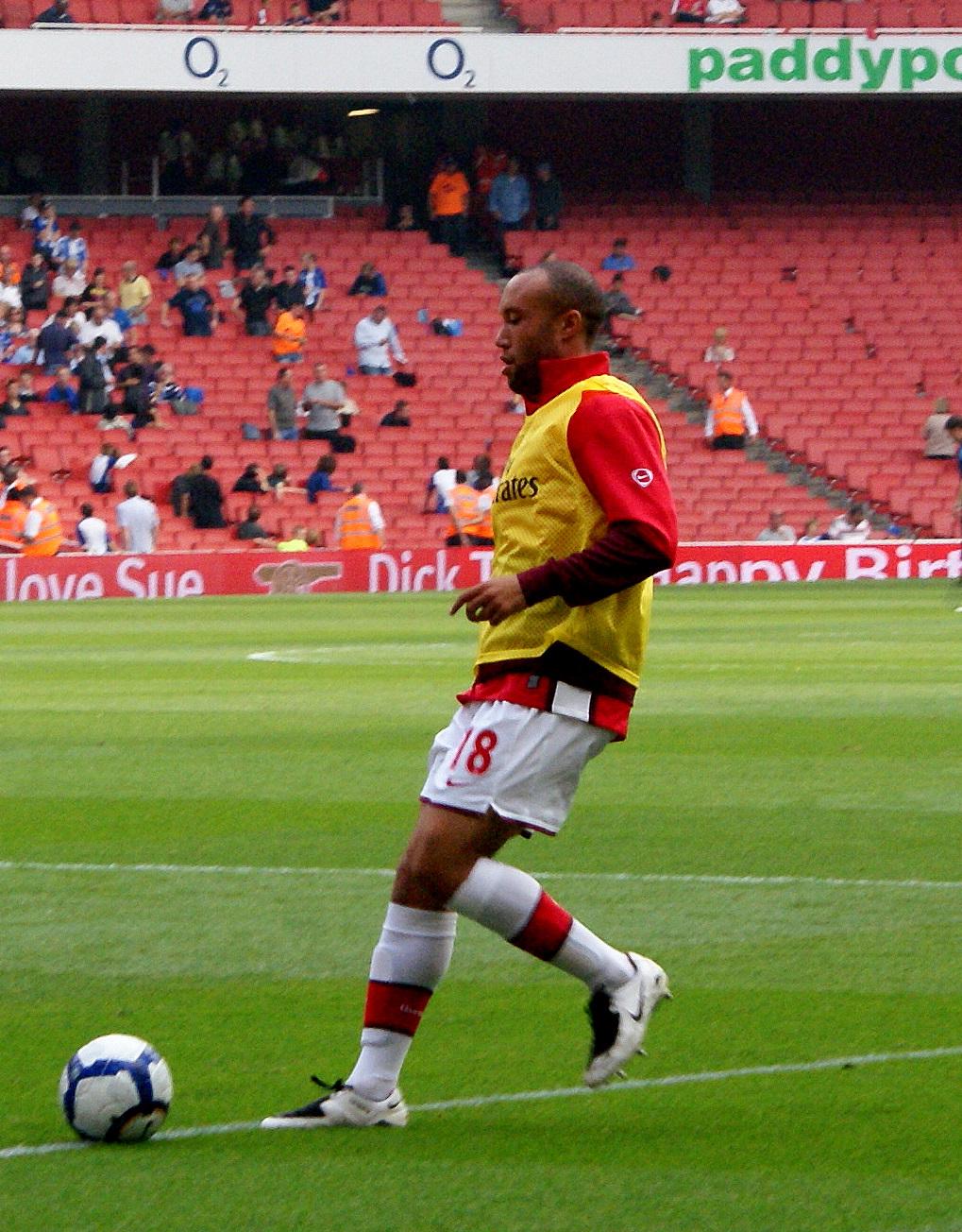 Silvestre, calentando con el Arsenal (WIKIPEDIA).
