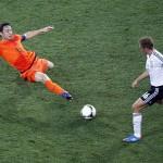 Imagen de la Eurocopa de 2012: Philip Lahm, a punto de notar las consecuencias de una entrada de su excompañero del Bayern (GTRES).