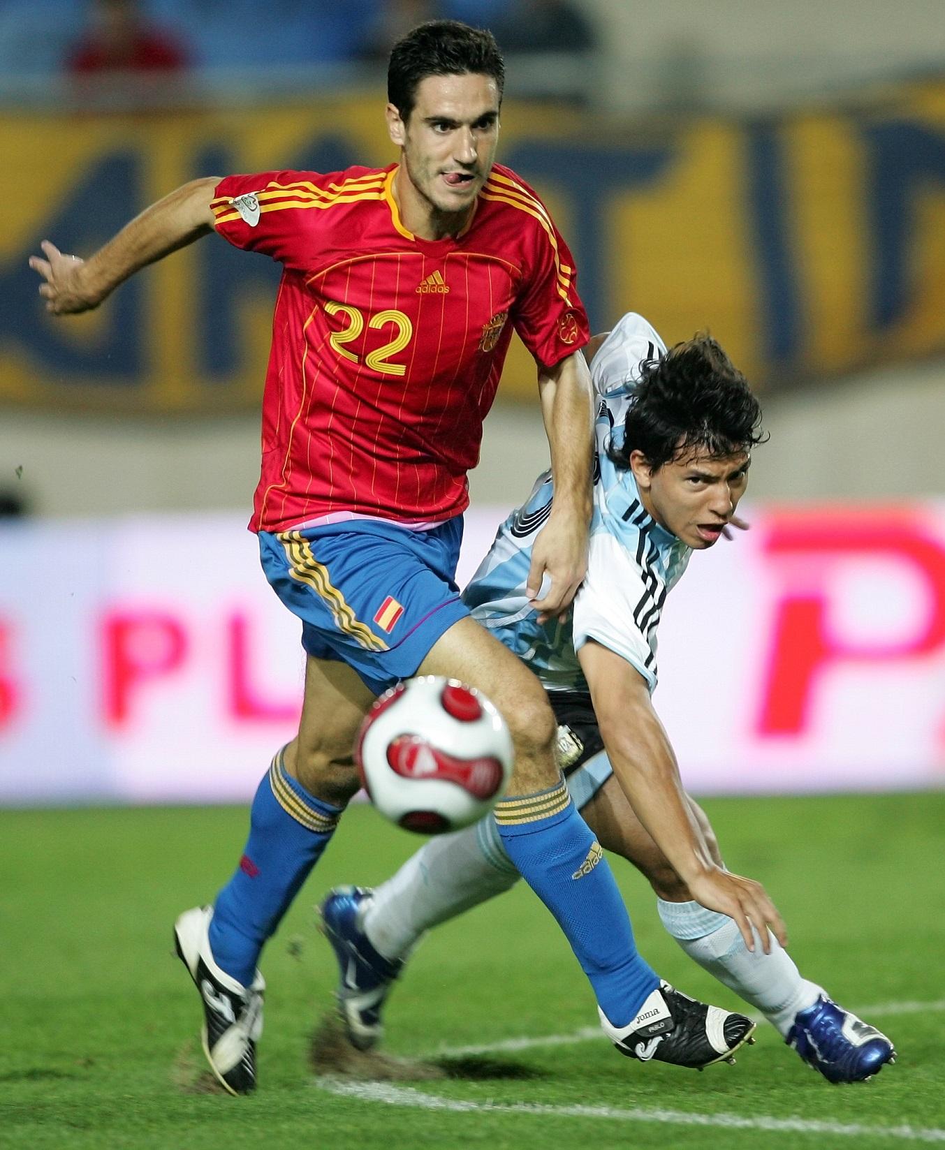 Pablo Ibáñez controla un balón ante su entonces compañero Sergio Agüero en el amistoso que enfrentó en Murcia a España y Argentina el 11 de octubre de 2006 (GTRES).