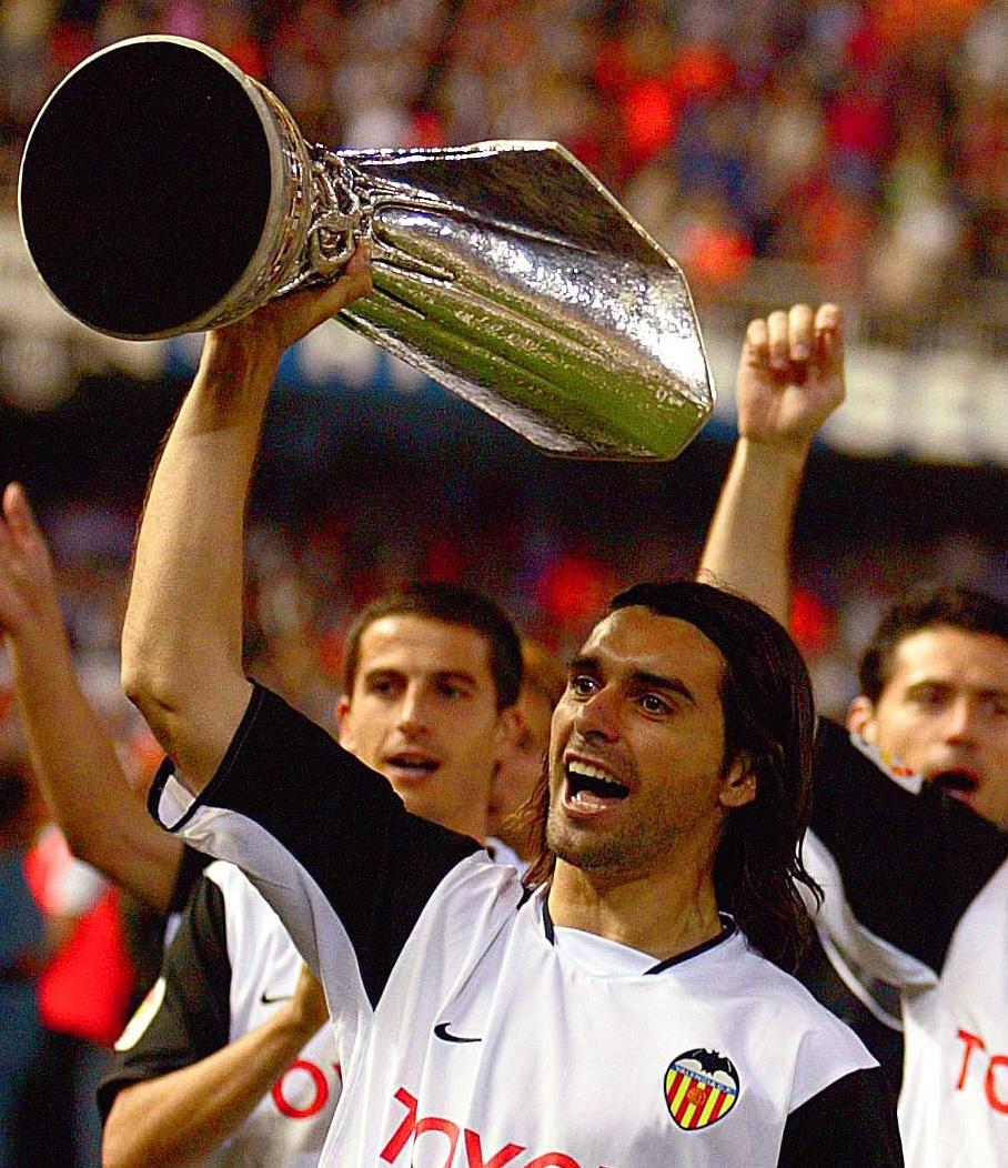 Ayala, con la Copa de la UEFA de 2002 (ARCHIVO 20Minutos).