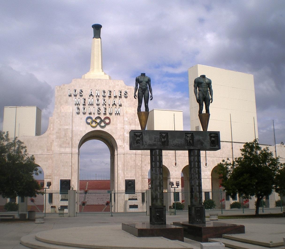 Puerta principal del Memorial Coliseum (WIKIPEDIA).