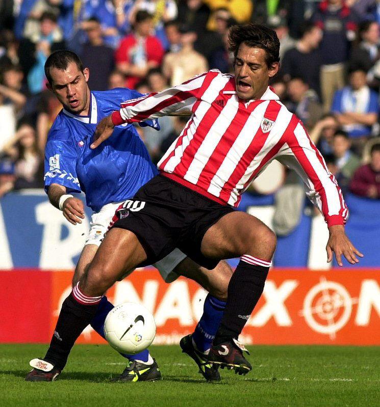 Nadj pelea un balón con Urzaiz en un Oviedo-Athletic en 2000 (Archivo 20minutos).