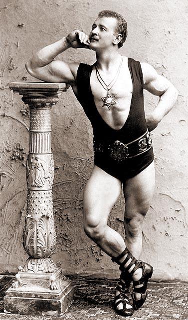 Sandow, en 1894 y ataviado como un héroe de la Grecia clásica (WIKIPEDIA).