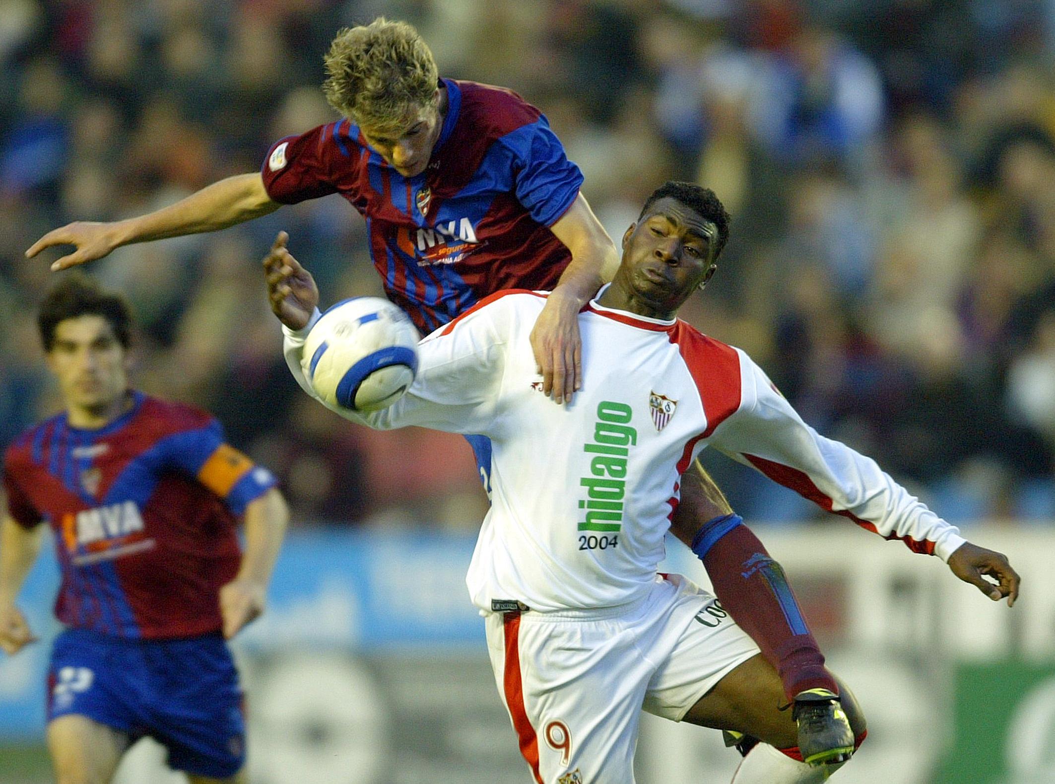 Makukula pelea un balón con Culebras en un Sevilla-Levante disputado en febrero de 2005 (Archivo 20minutos).