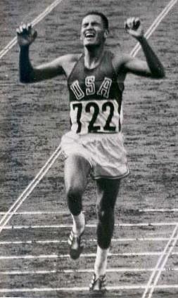 Mills, cruzando la meta en Tokio 1964 (WIKIPEDIA).