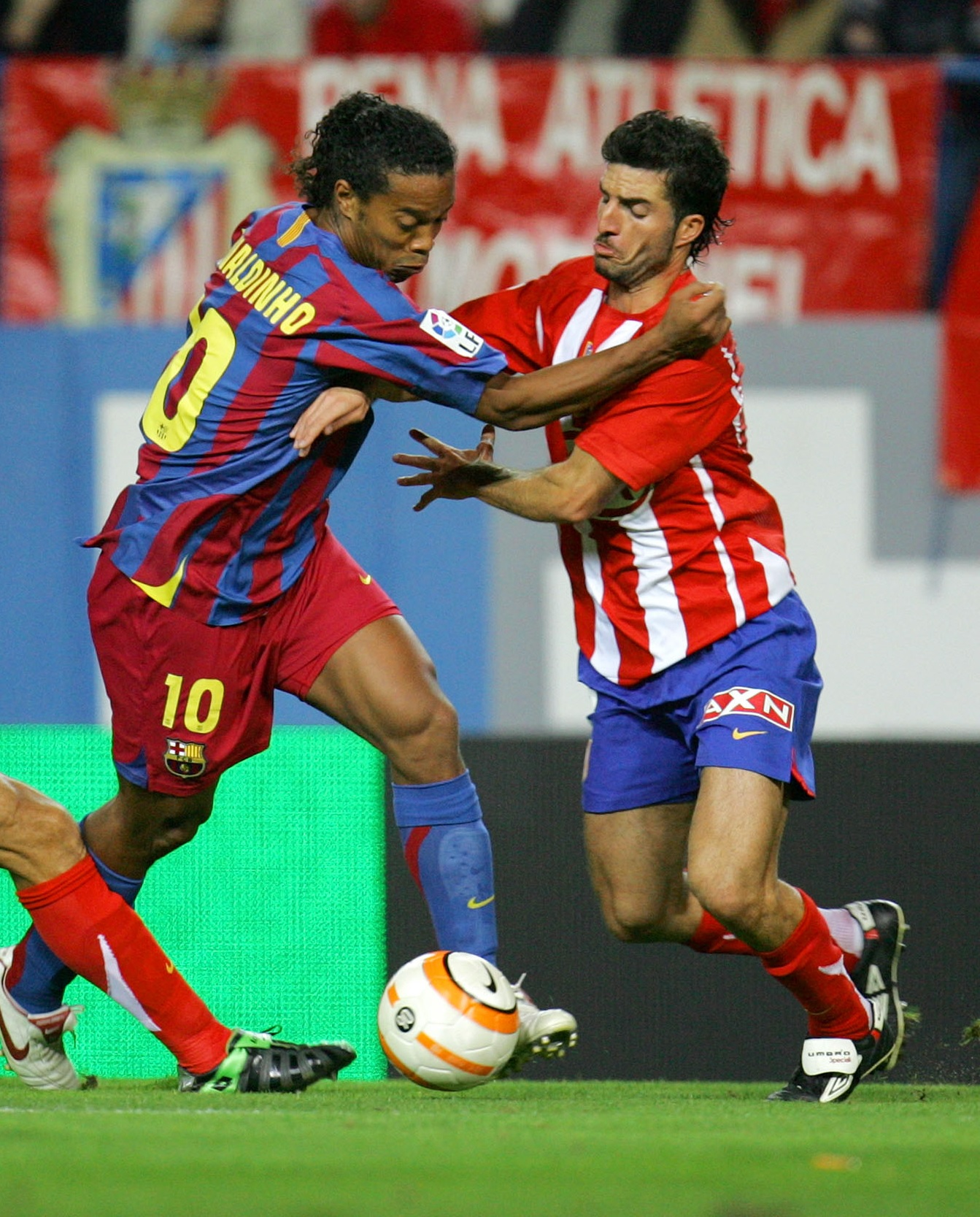 Velasco pelea un balón con Ronaldinho en un Atleti-Barça (Archivo 20minutos).