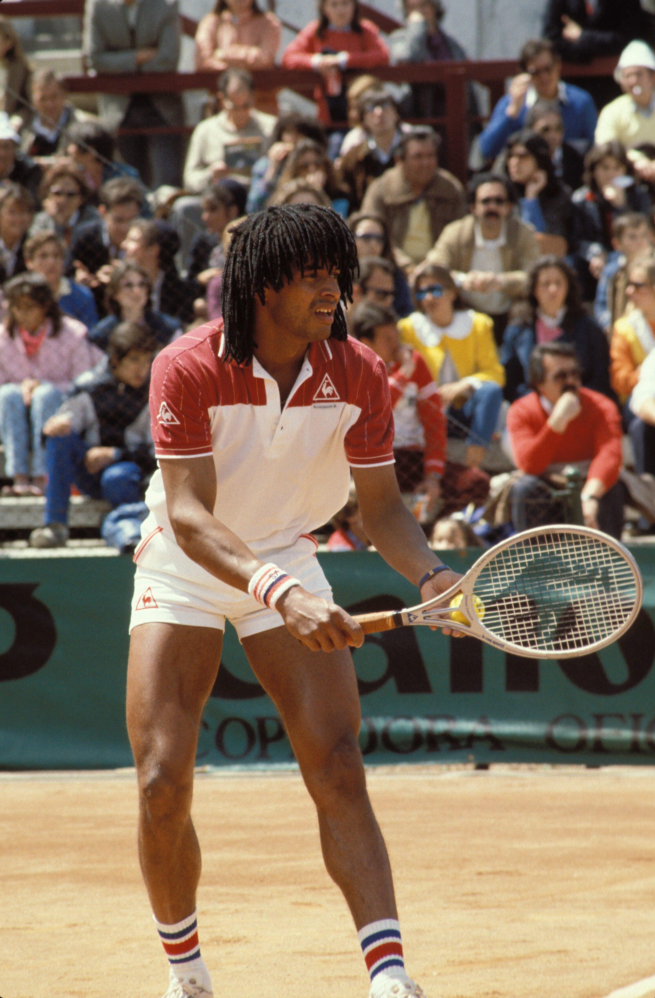 Noah, empuñando la Le Coq Sportif que le dio Roland Garros (GTRES).