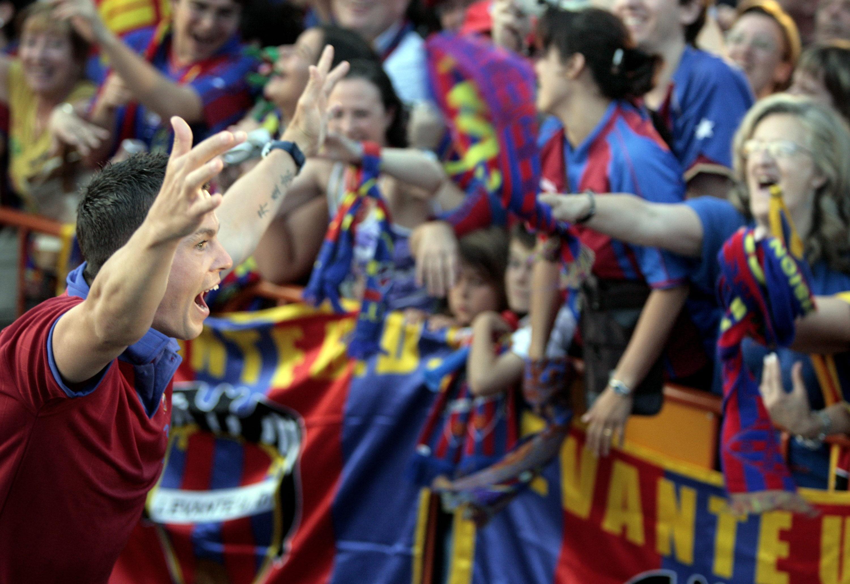 Harte celebra con la afición del Levante el ascenso en 2006 (Archivo 20minutos).
