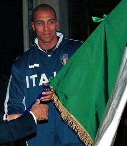 Myers, con la bandera de Italia al regresar de los Juegos de Sydney en 2000 (WIKIPEDIA).