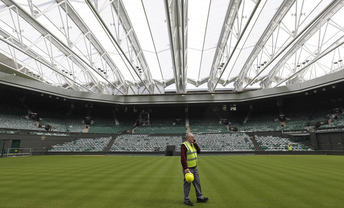El jefe de mantenimiento del All-England Club revisa la pista central tras la instalación del techo retráctil en 2009 (Archivo 20minutos).