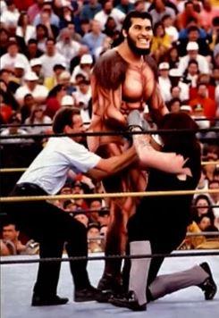 González, luchando contra 'The Undertaker' en la WWF (YOUTUBE).