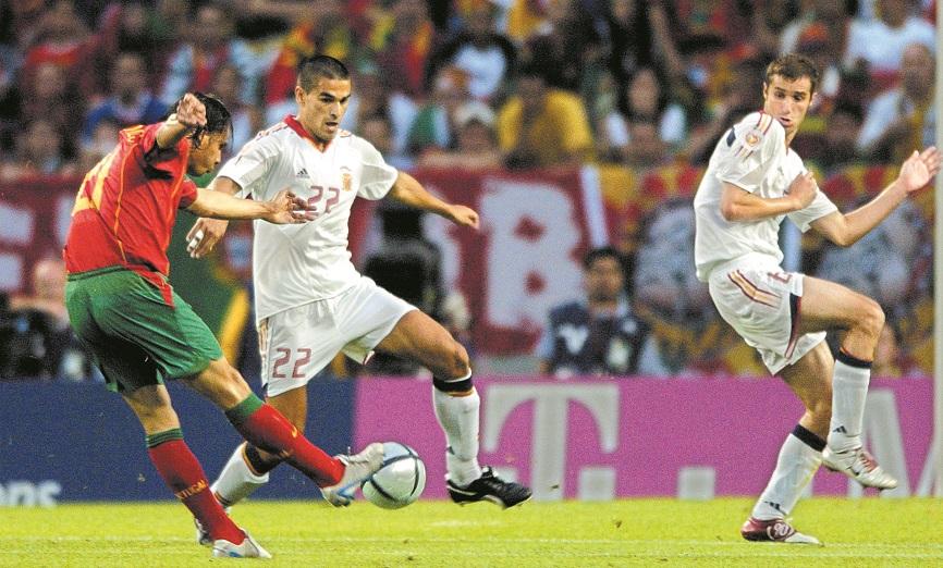 Momento en el que Nuno Gomes dispara para marcar el único gol del partido de la Euro 2004 que enfrentó a España y a Portugal en el estadio José Alvalade de Lisboa (Archivo 20minutos).