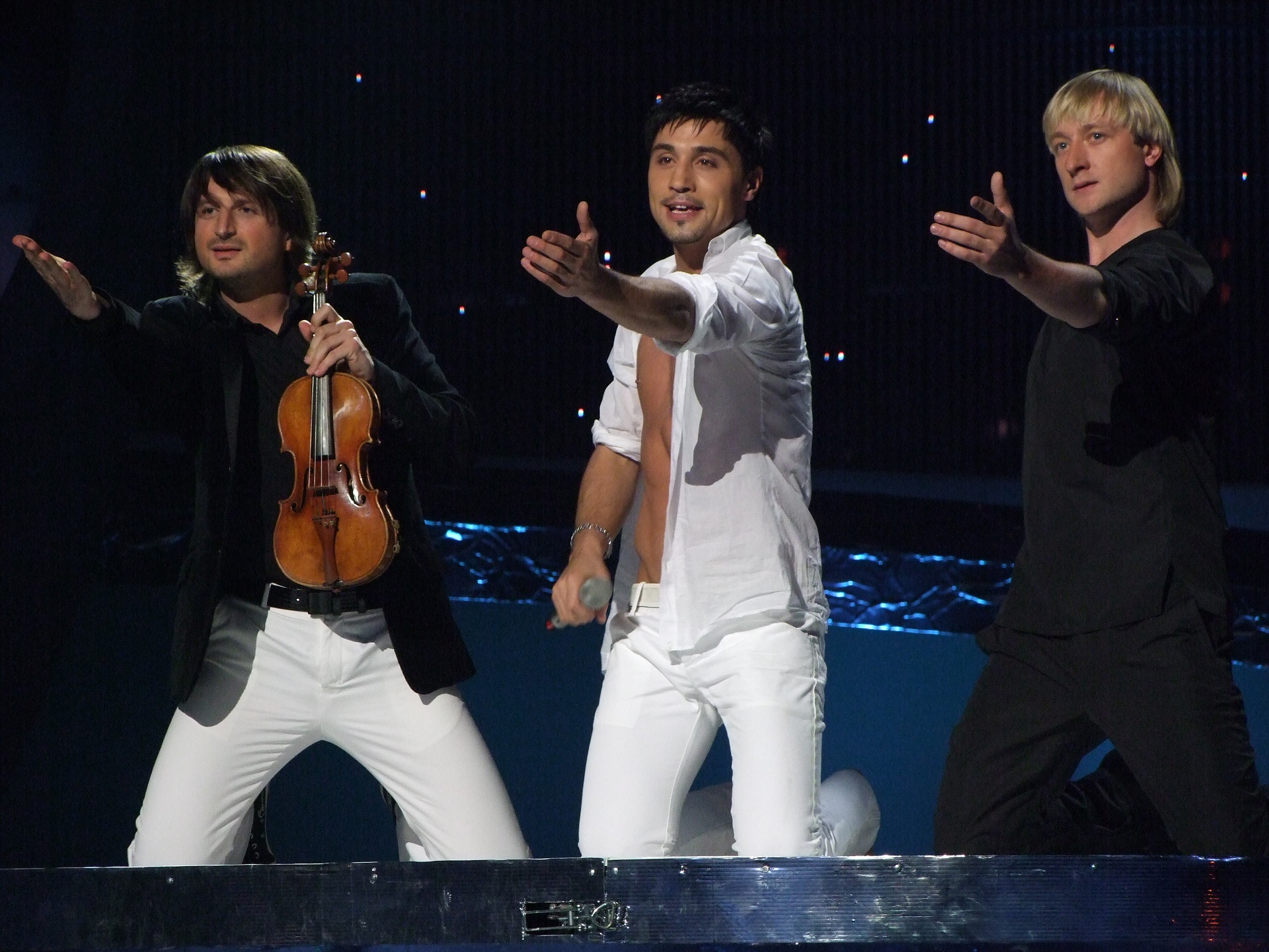 Plushenko, a la derecha, junto a Dima Bilan en Eurovisión 2008 (WIKIPEDIA).