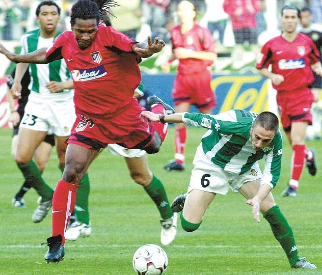 Dani pelea un balón con Emerson, del Atleti, en la temporada 2003/2004 (Archivo 20minutos).