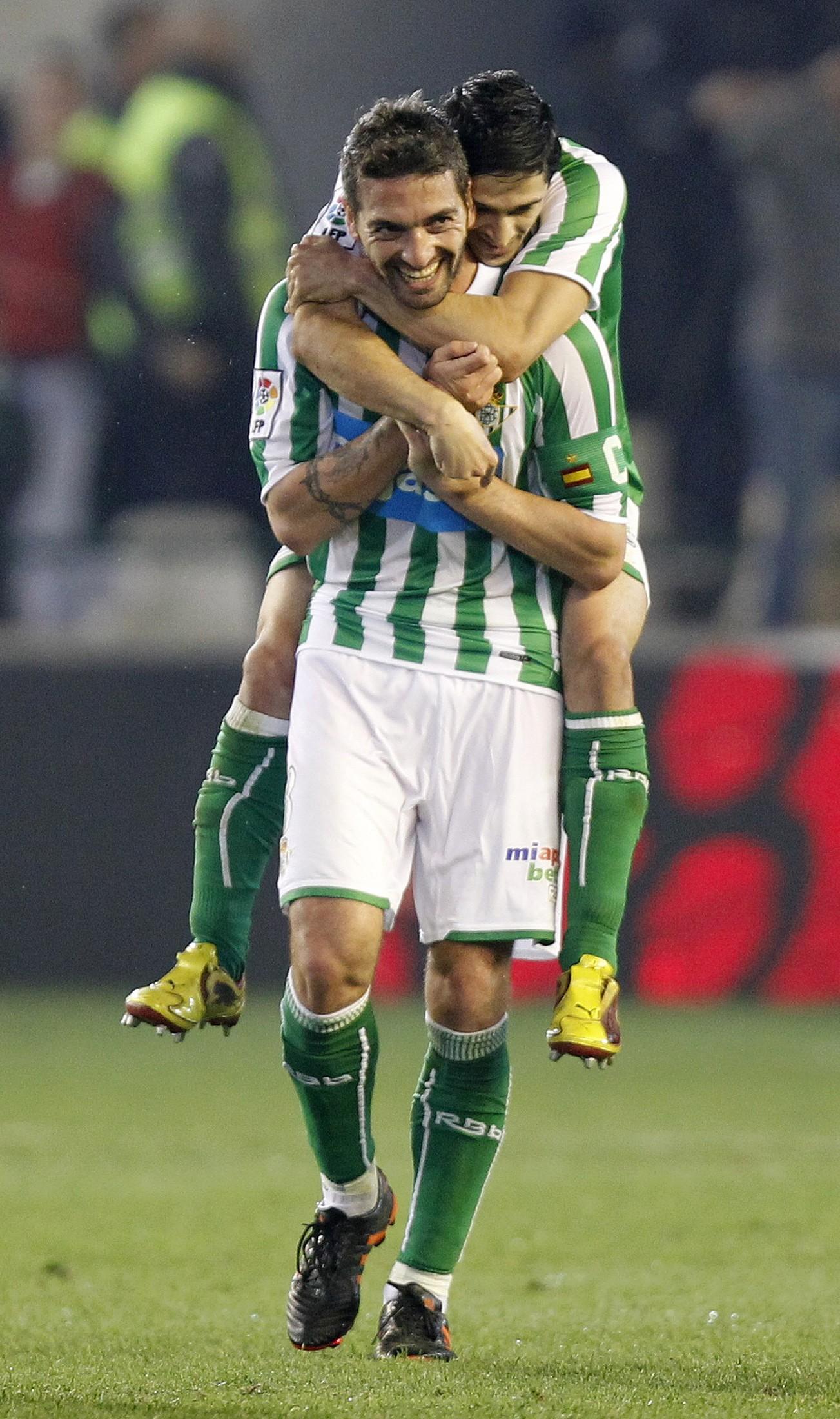Pereira abraza a Arzu tras un gol del capitán bético ante el Barça (Archivo 20minutos).
