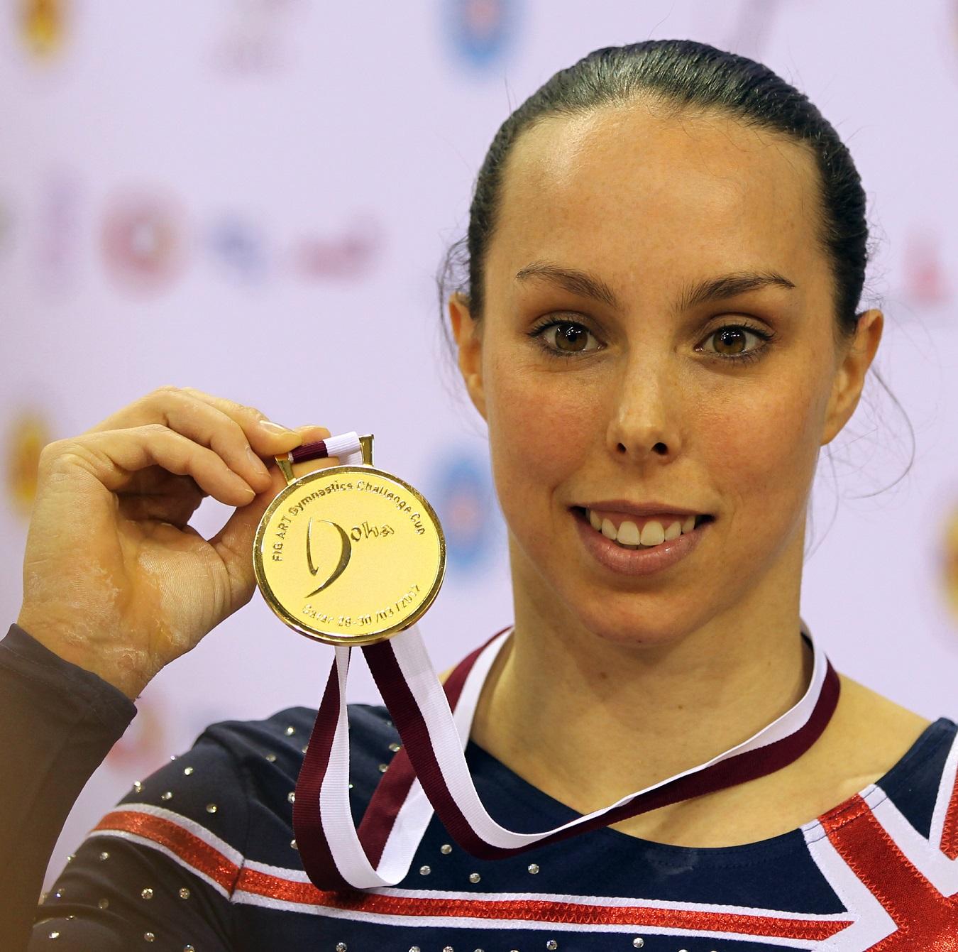 Beth Tweddle, con su medalla de campeona del mundo en 2012 (WIKIPEDIA).