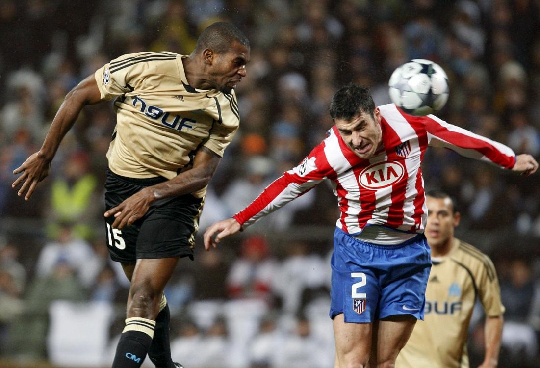 Seitaridis pelea un balón con un jugador del Olympique de Marsella en un partido de Champions de la temporada 2009/2010 (Archivo 20minutos).