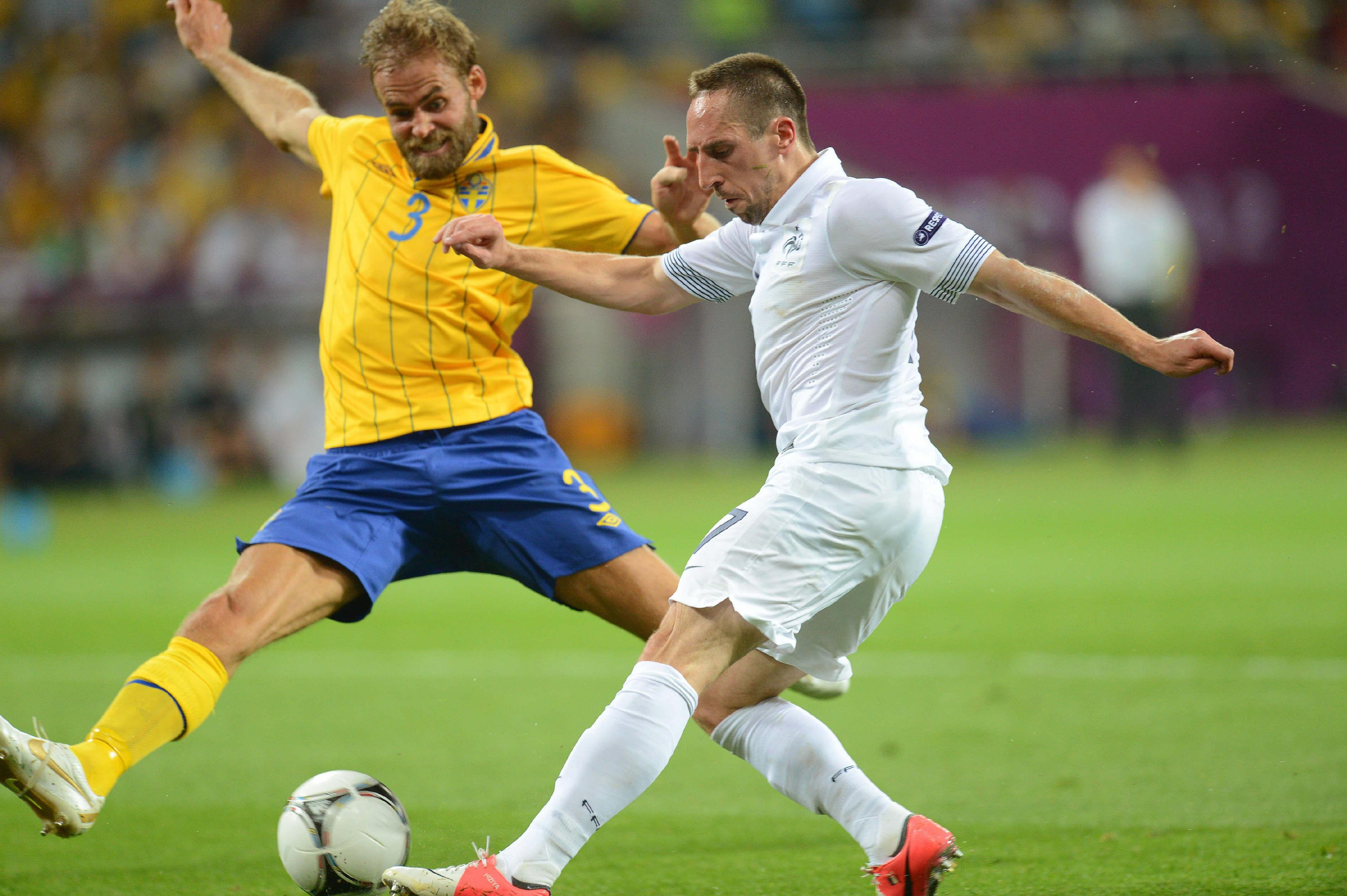 Mellberg, frente a frente con Ribéry en la Eurocopa de 2012 (Archivo 20Minutos).