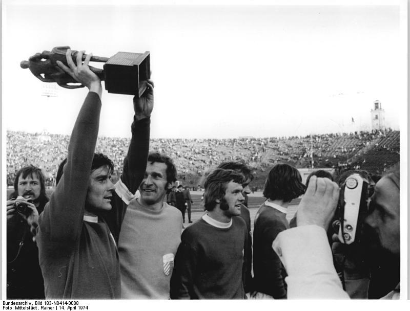 El capitán del Carl Zeiss Jena, Peter Ducke, con la Copa de la República Democrática Alemana, en abril de 1974 (BUNDESARCHIV / WIKIPEDIA).