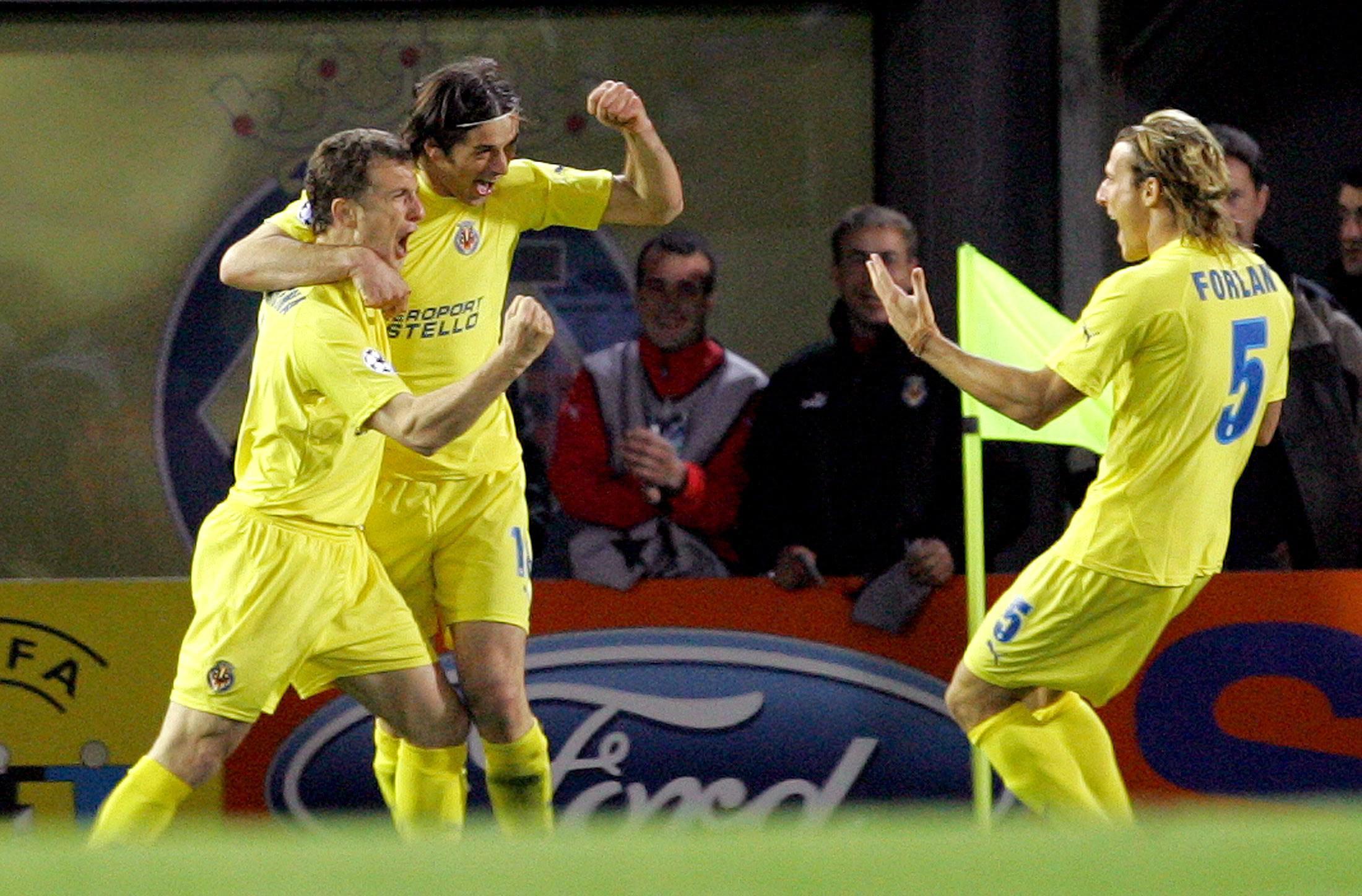 Arruabarrena, Tacchinardi y Forlán celebran un gol del Villarreal en un partido de Champions en El Madrigal en marzo de 2006 (Archivo 20minutos).