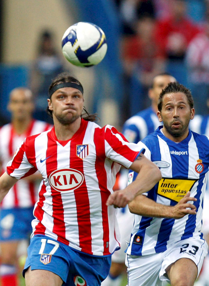 Ujfalusi pelea un balón con Tamudo en un partido en el Calderón en abril de 2009 (ARCHIVO 20minutos).