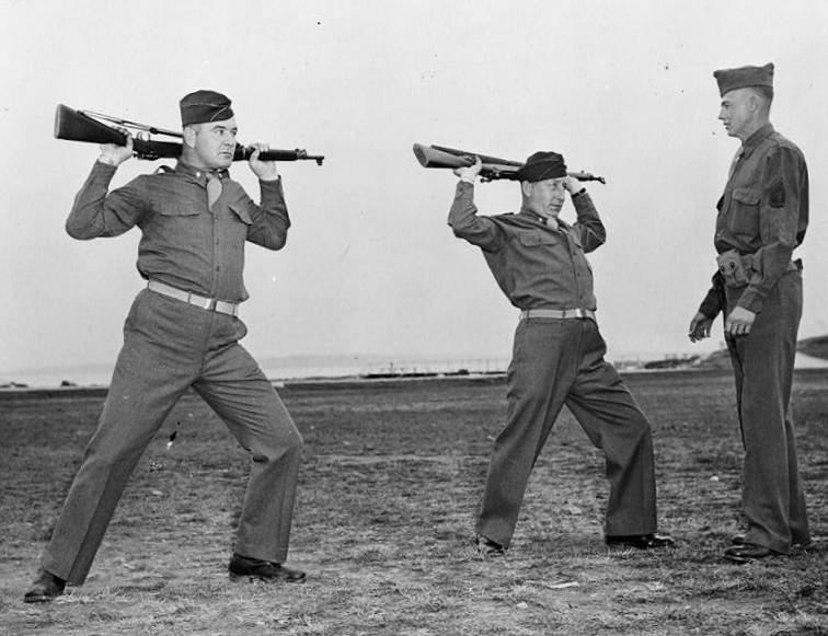 Braddock, a la izquierda, en su formación tras alistarse en 1942 (WIKIPEDIA).