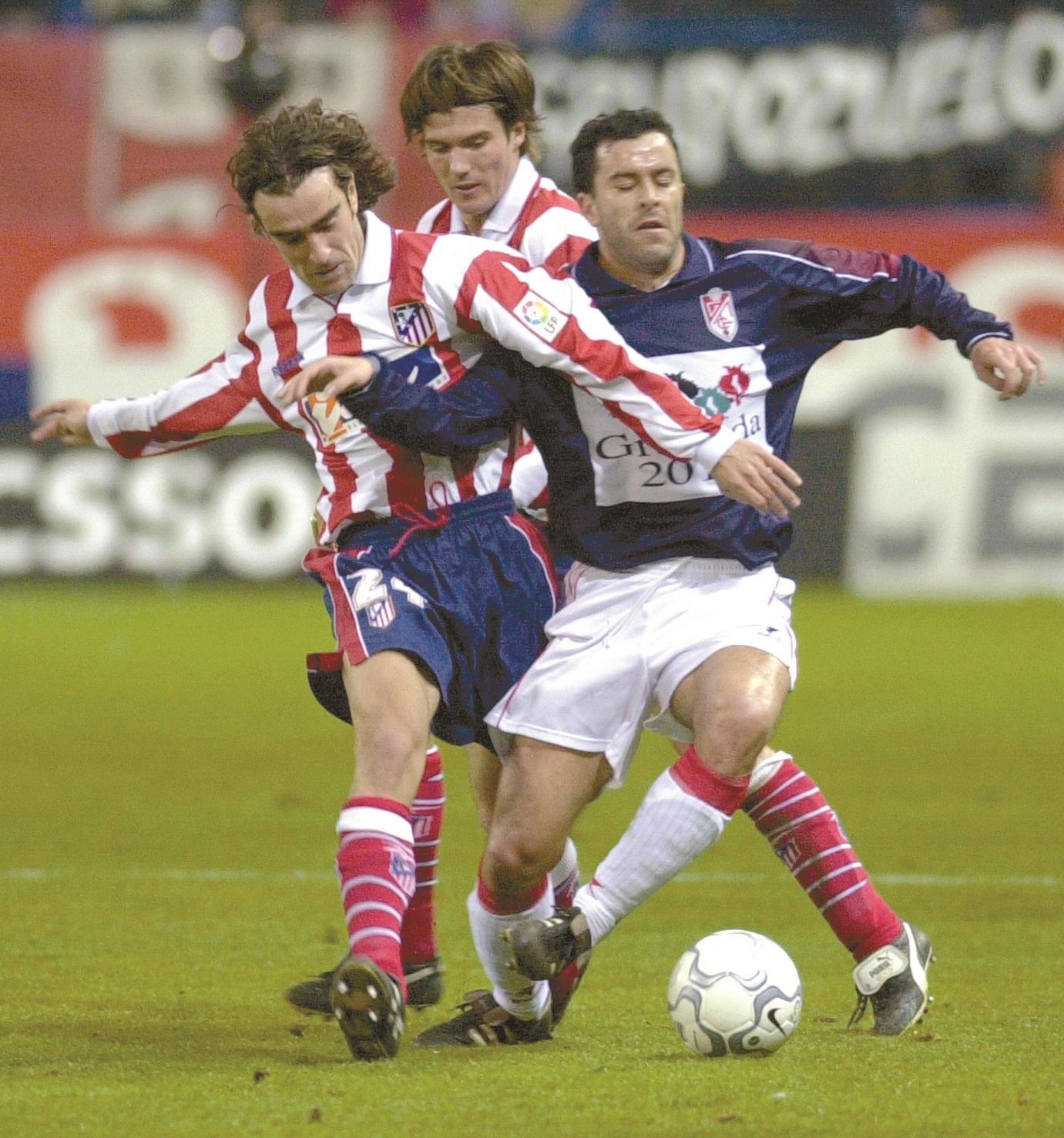 Wicky, entre su compañero Carcedo y Sierra, del Granada, en un partido de la temporada 1999/2000 en Segunda División (Archivo 20minutos).
