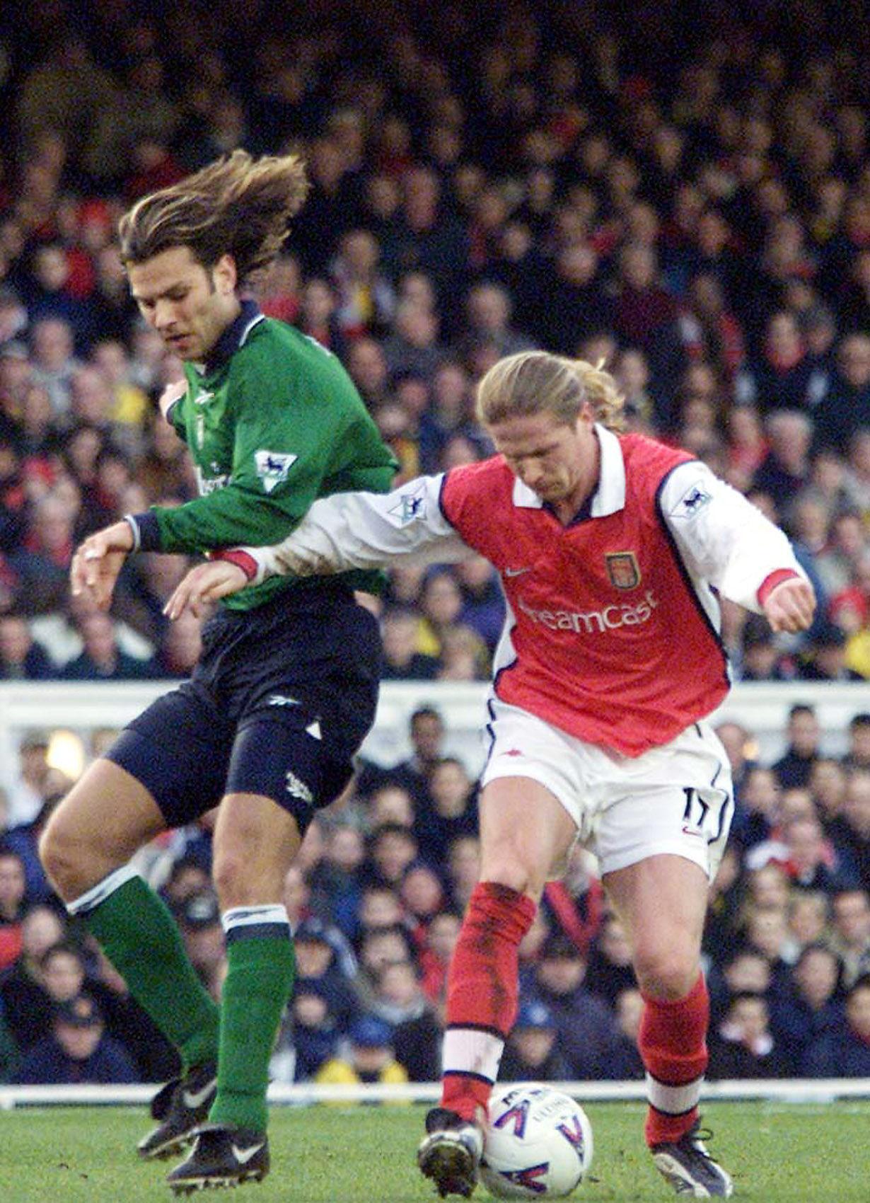 Berger, con el Liverpool, pelea con Petit, del Arsenal, en un partido de la Premier en febrero de 2000 (Archivo 20minutos).
