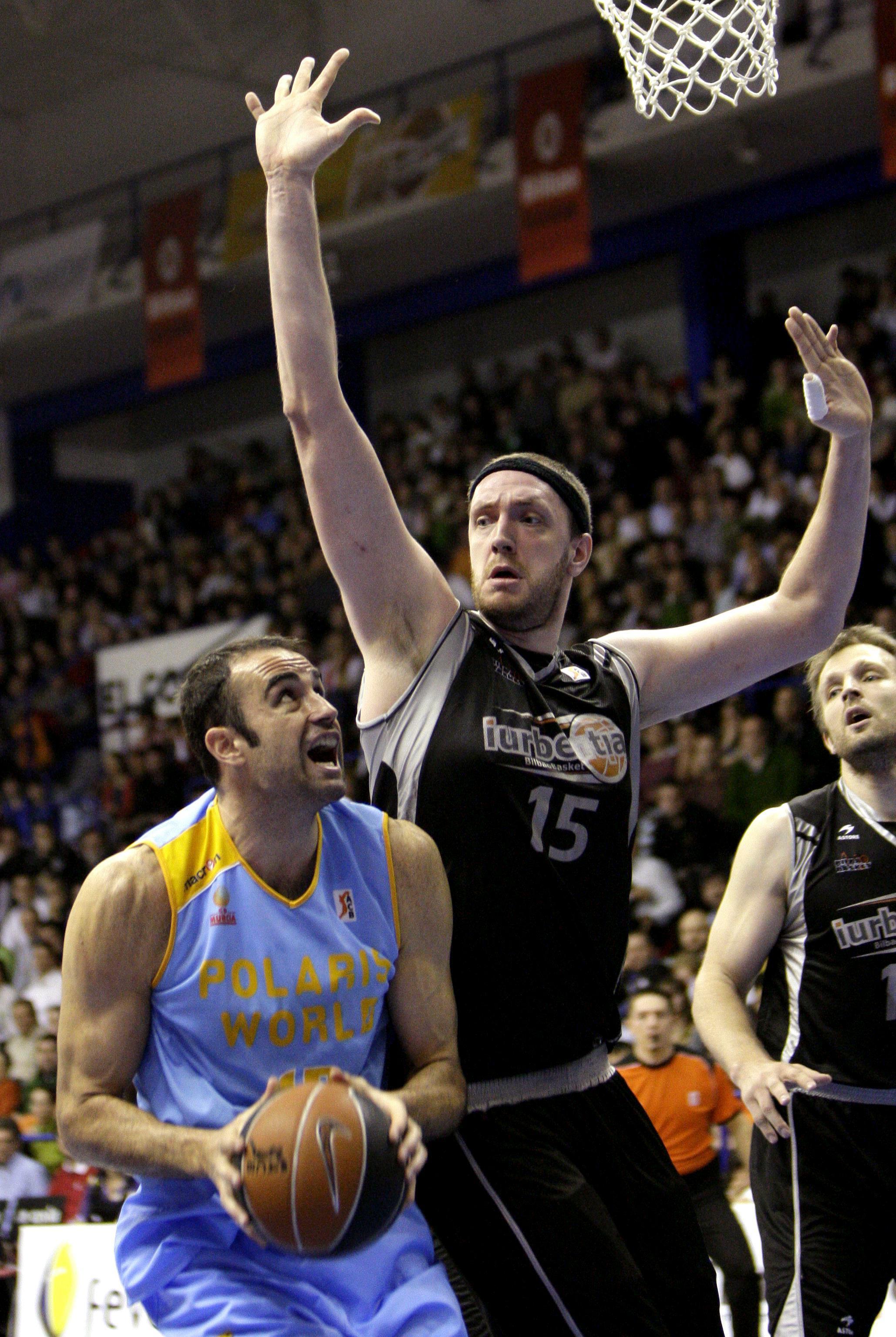 Weis intenta taponar a un rival en un Bilbao-Murcia de la ACB 2007/2008 (Archivo 20minutos).