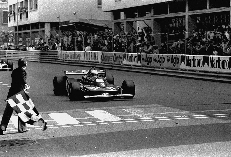 Scheckter, cruzando la meta del GP de Mónaco de 1979 (GTRES).