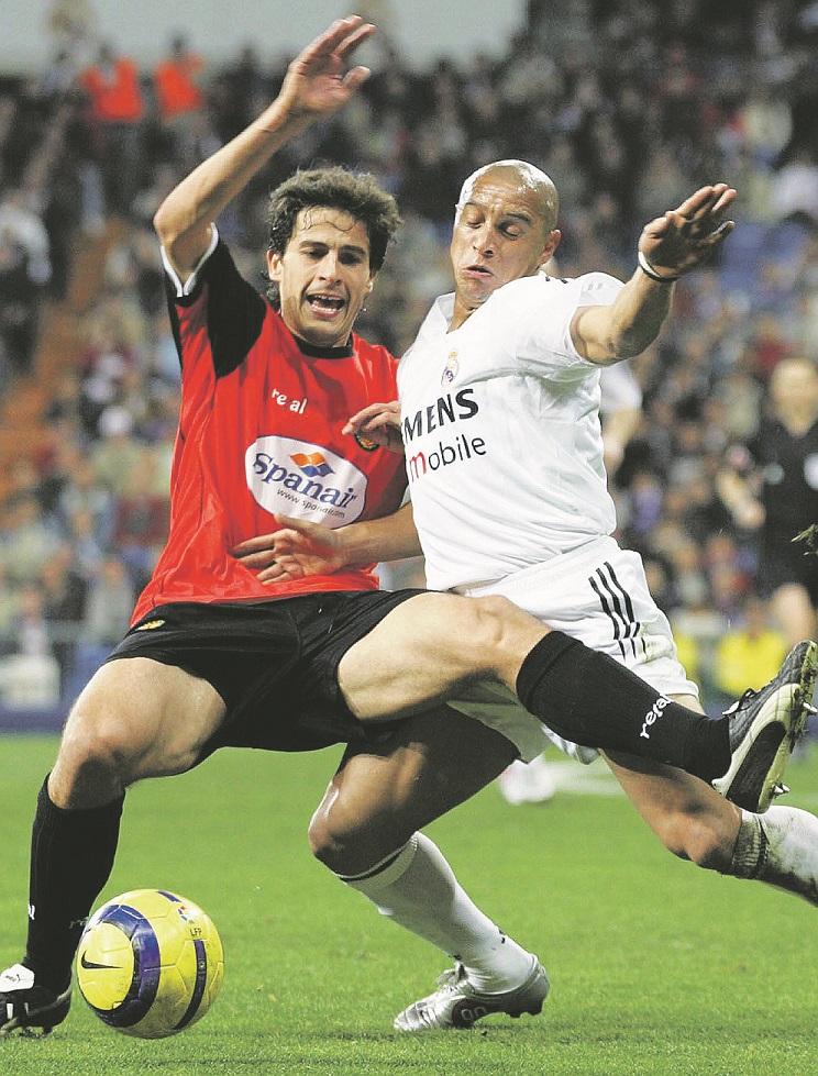 Jorge López, en el Mallorca, peleando un balón con Roberto Carlos en un partido de la temporada 2004/2005 (Archivo 20minutos).
