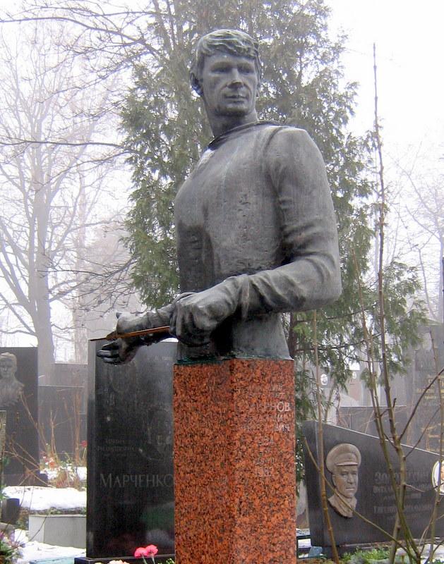 Estatua en la tumba de Smirnov (WIKIPEDIA).