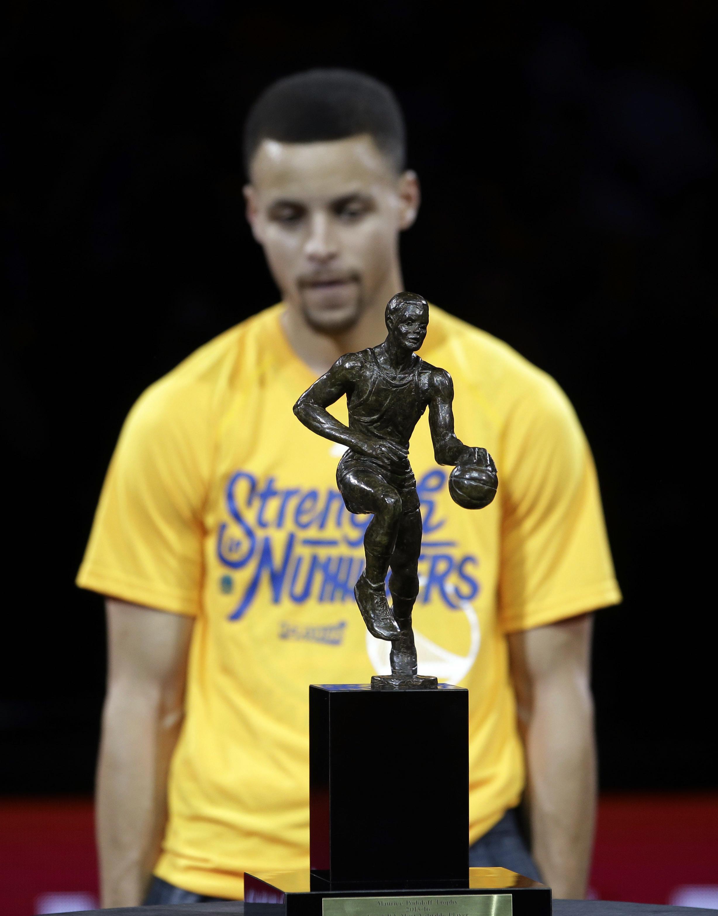 El trofeo Maurice Podoloff y tras él, su último ganador, Stephen Curry, en una imagen tomada el pasado mes de mayo en Oakland, California (GTRES).