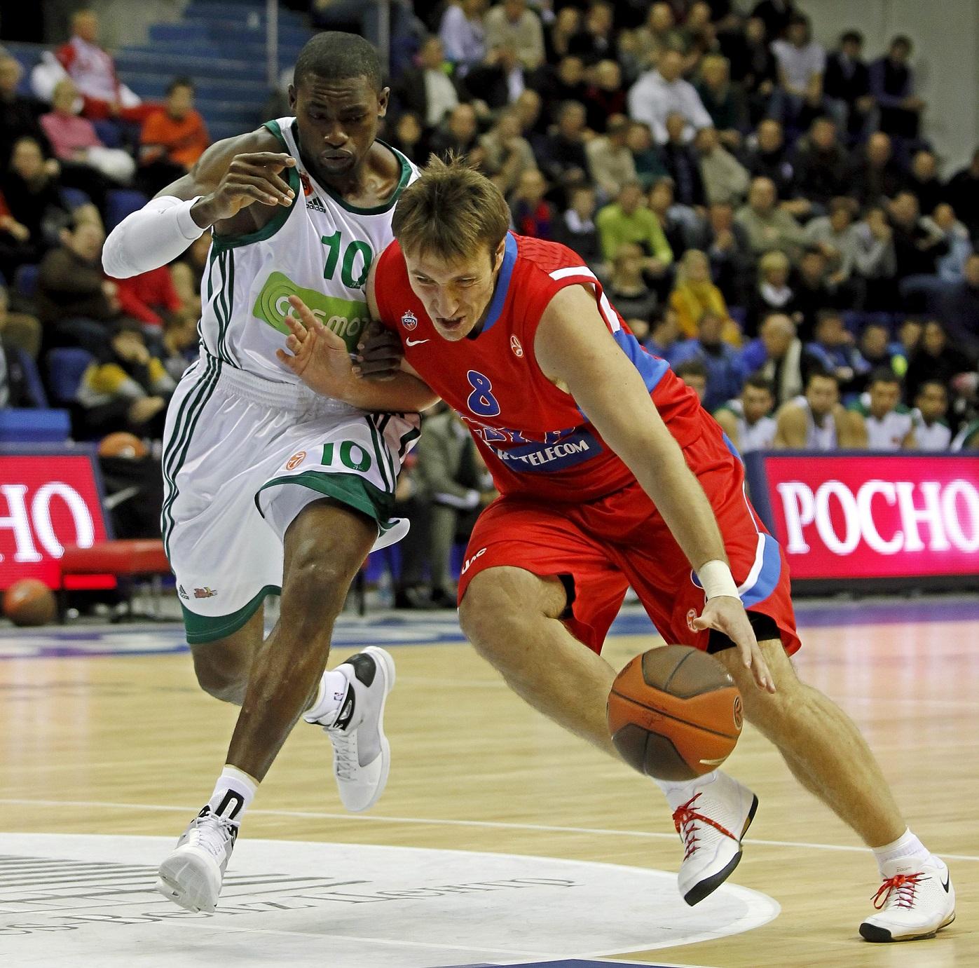 Smodis, con el balón en un CSKA-Panathinaikos disputado en 2010 (Archivo 20minutos).