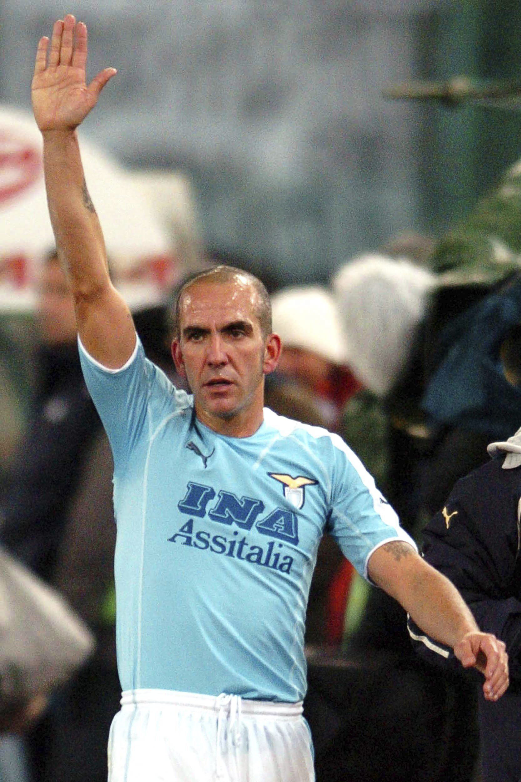 Di Canio, el 17 de diciembre de 2005 realizando un saludo fascista romano a los ultras de la Lazio en el estadio Olímpico de Roma (Archivo 20minutos).