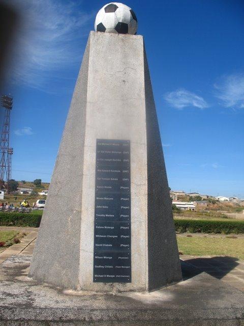 Escultura homenaje a los fallecidos (WIKIPEDIA).