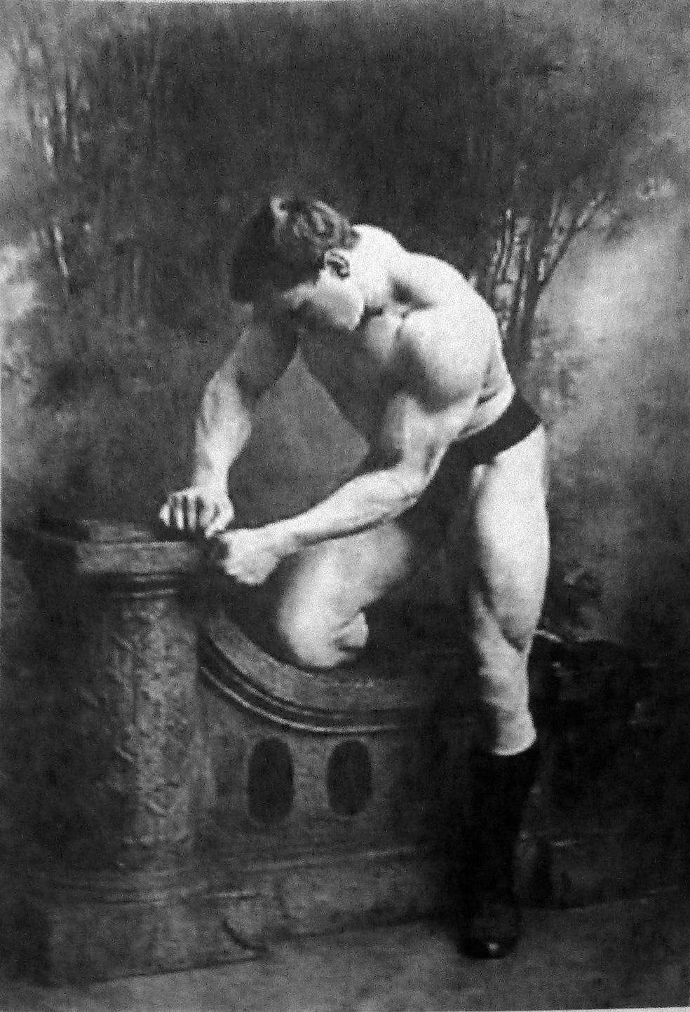 Hackenschmidt, luciendo musculatura en 1900 (WIKIPEDIA).