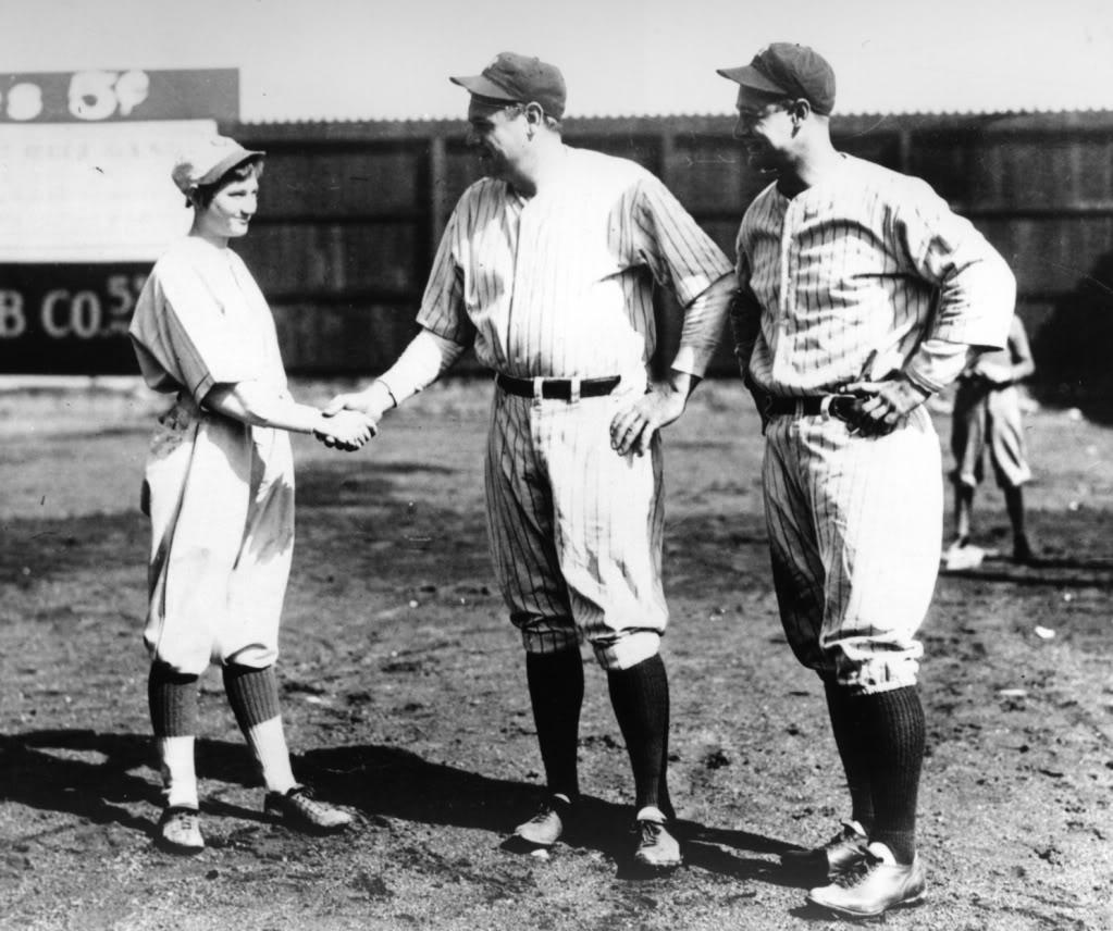 Jackie saluda a Babe Ruth ante la mirada de Lou Gehrig (Dominio público).