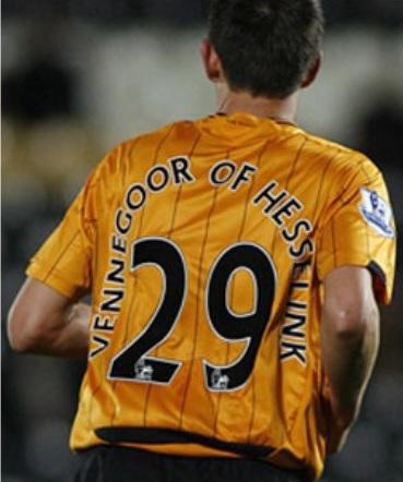 Así de original se veía el nombre de Vennegoor of Hesselink en la camiseta del Hull (YOUTUBE).