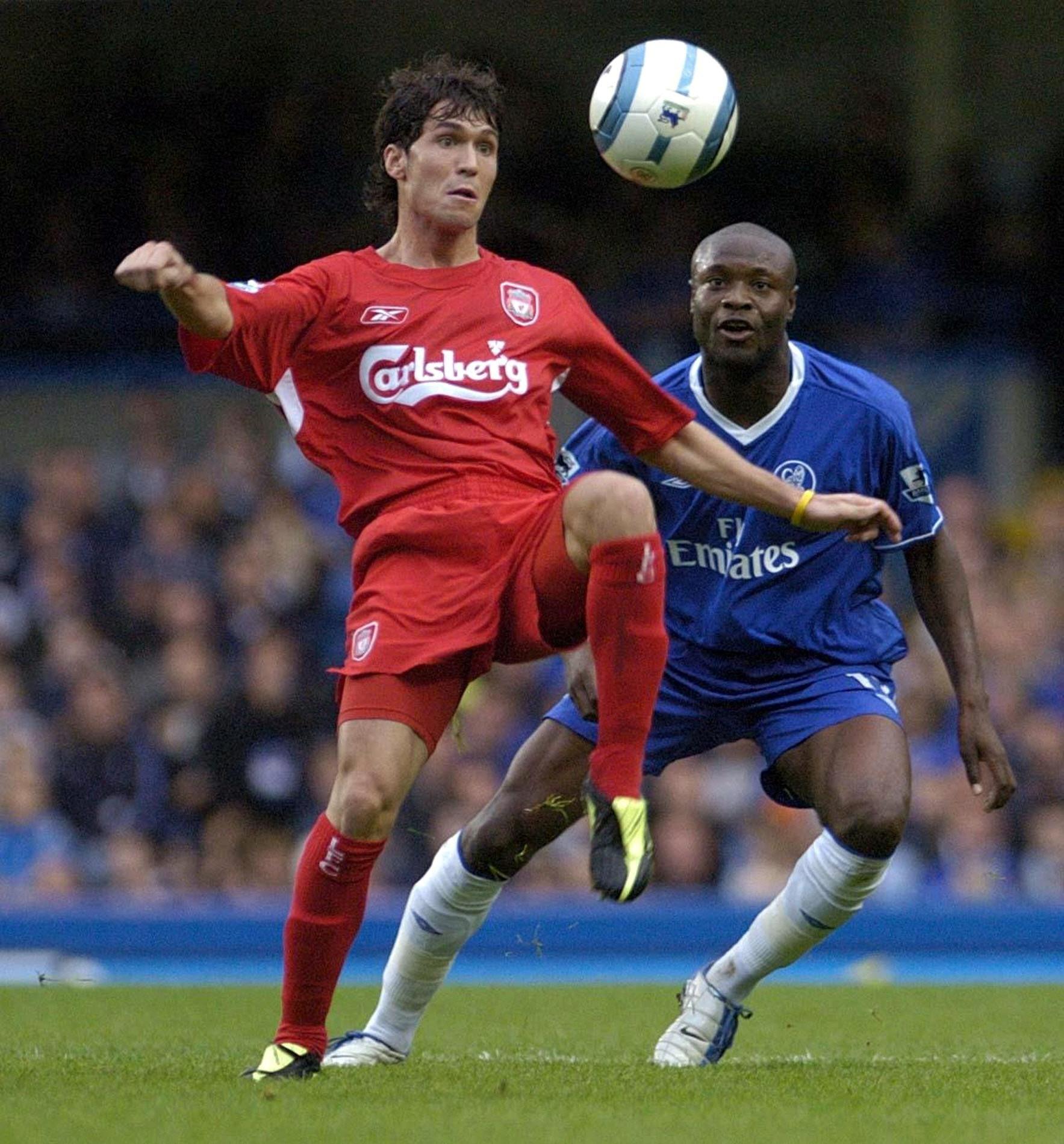 Luis García, peleando un balón con William Gallas en un Chelsea-Liverpool en octubre de 2004 (Archivo 20minutos).