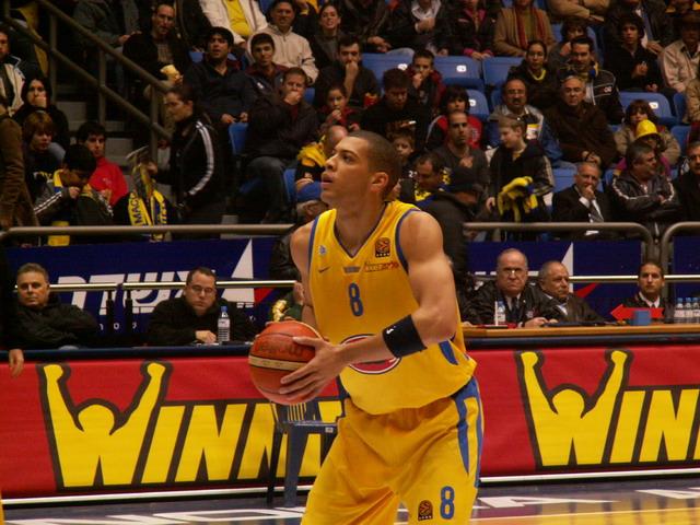 Parker, lanzando tiros libres con el Maccabi (WIKIPEDIA).