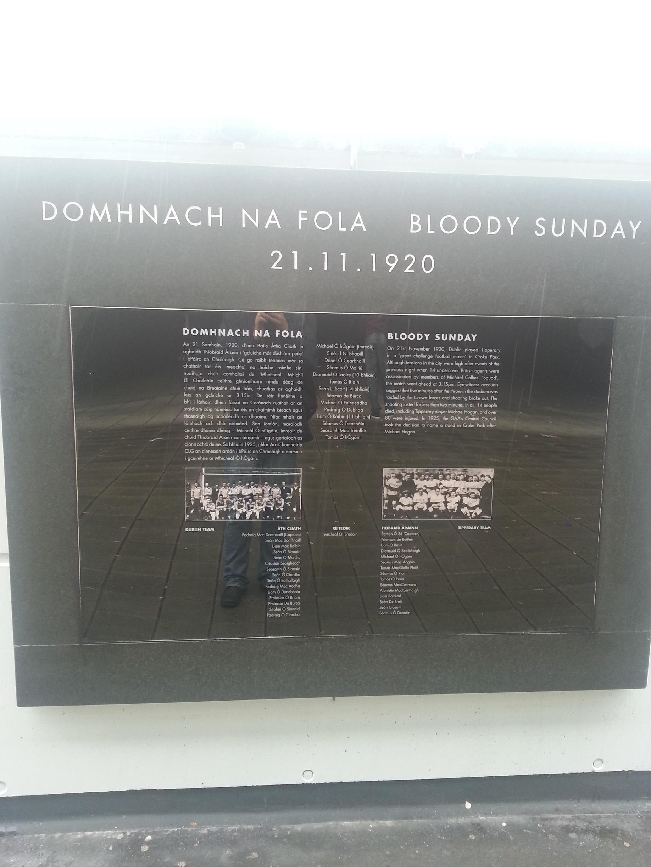 Placa conmemorativa de los sucesos del Domingo Sangriento de 1920 (WIKIPEDIA).