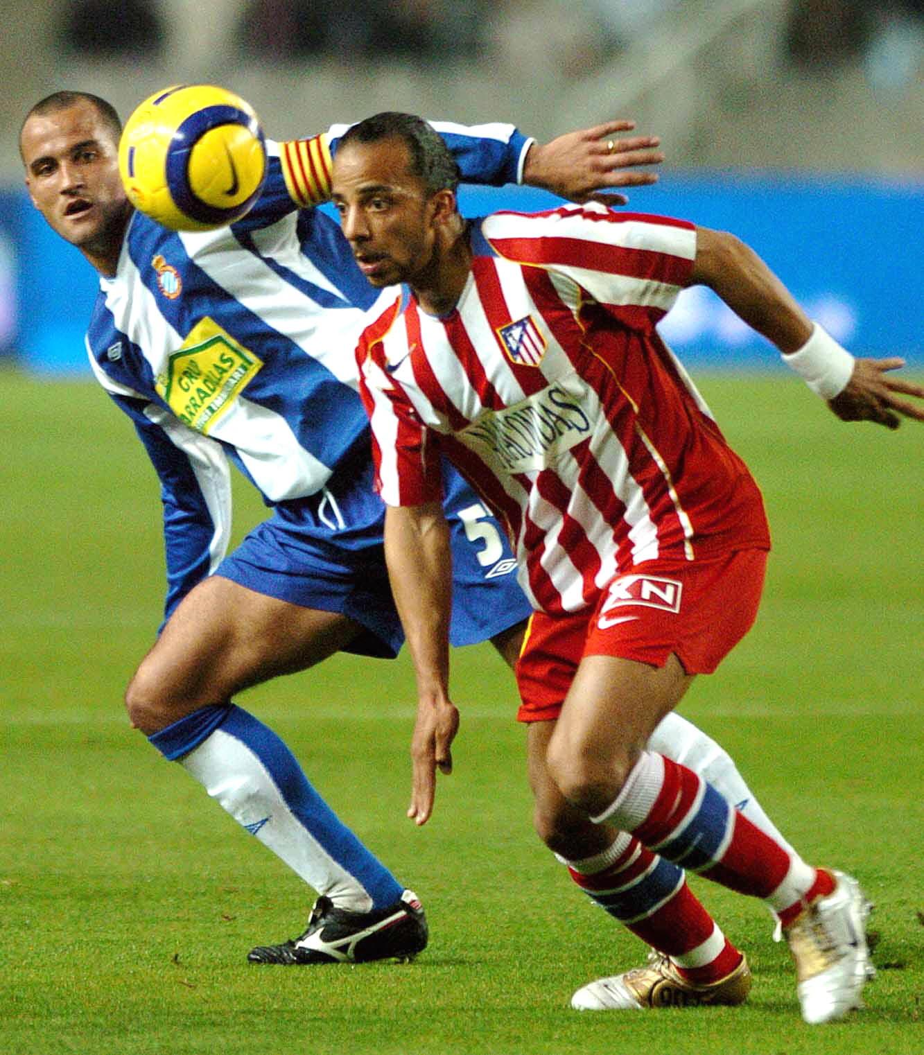 Luccin controla un balón en un Espanyol-Atleti de la Liga 2011/2012 (Archivo 20minutos).