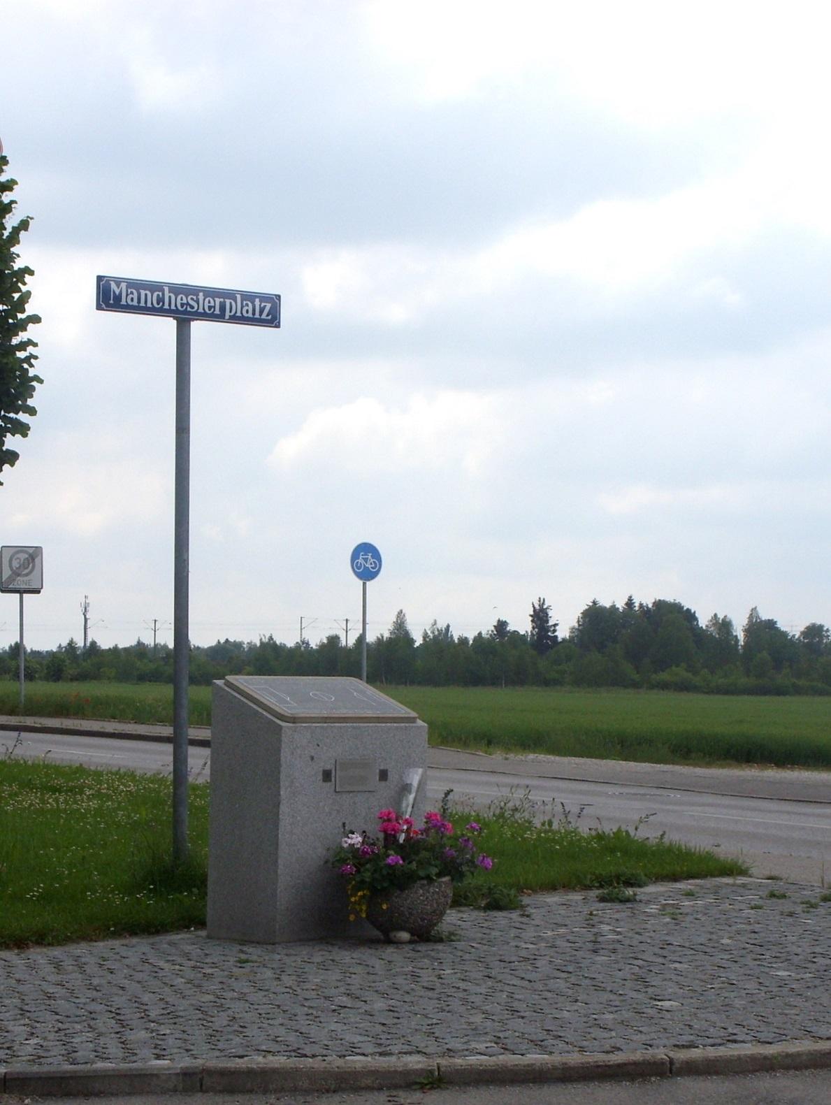 Piedra de granito situada a escasos metros del lugar del accidente, en Múnich (WIKIPEDIA).