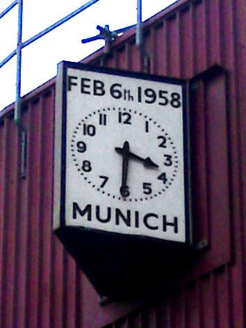 Reloj en Old Trafford que marca la fecha del desastre (WIKIPEDIA).