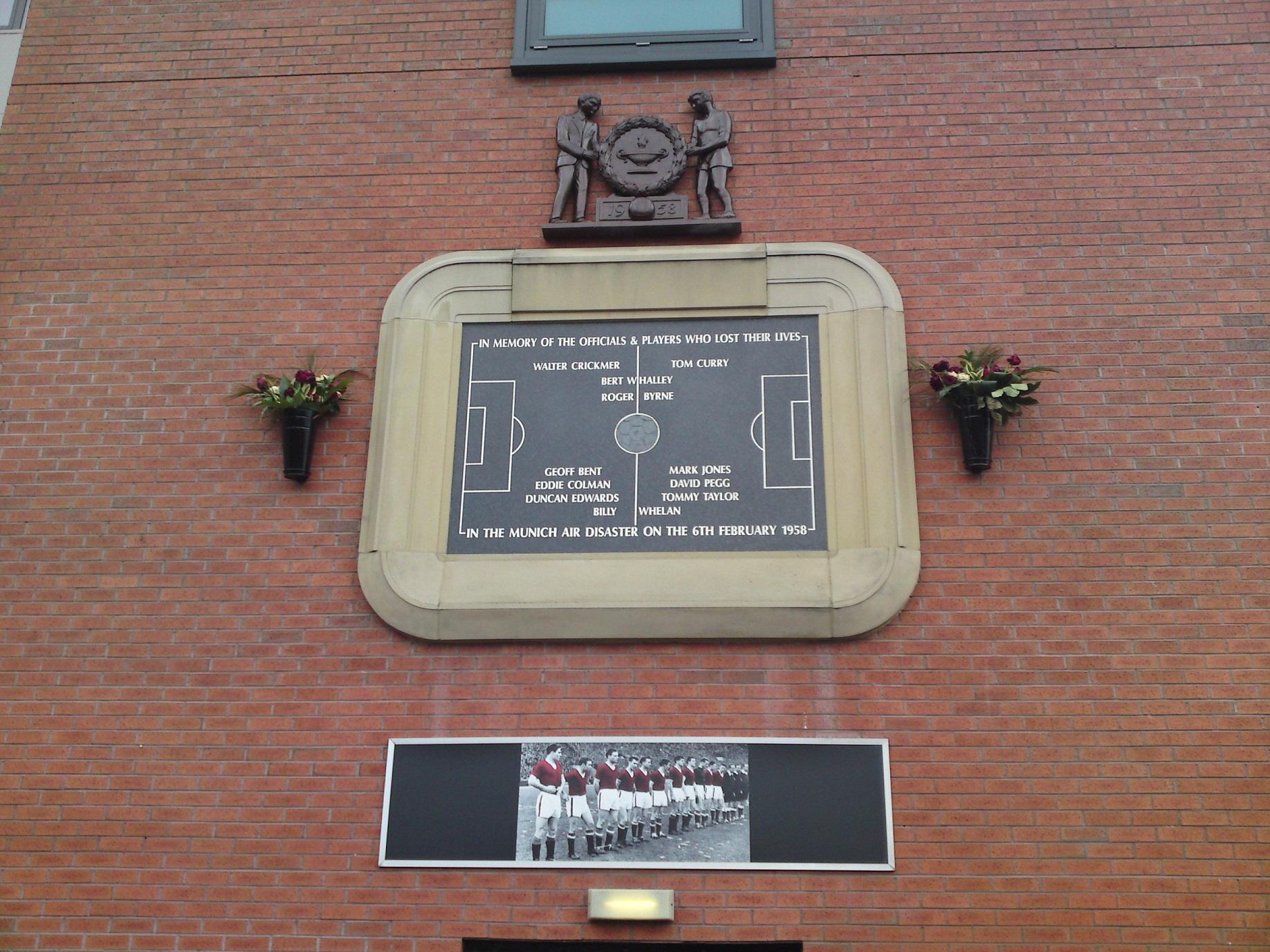 Una de las placas en Old Trafford dedicada a las víctimas (WIKIPEDIA).