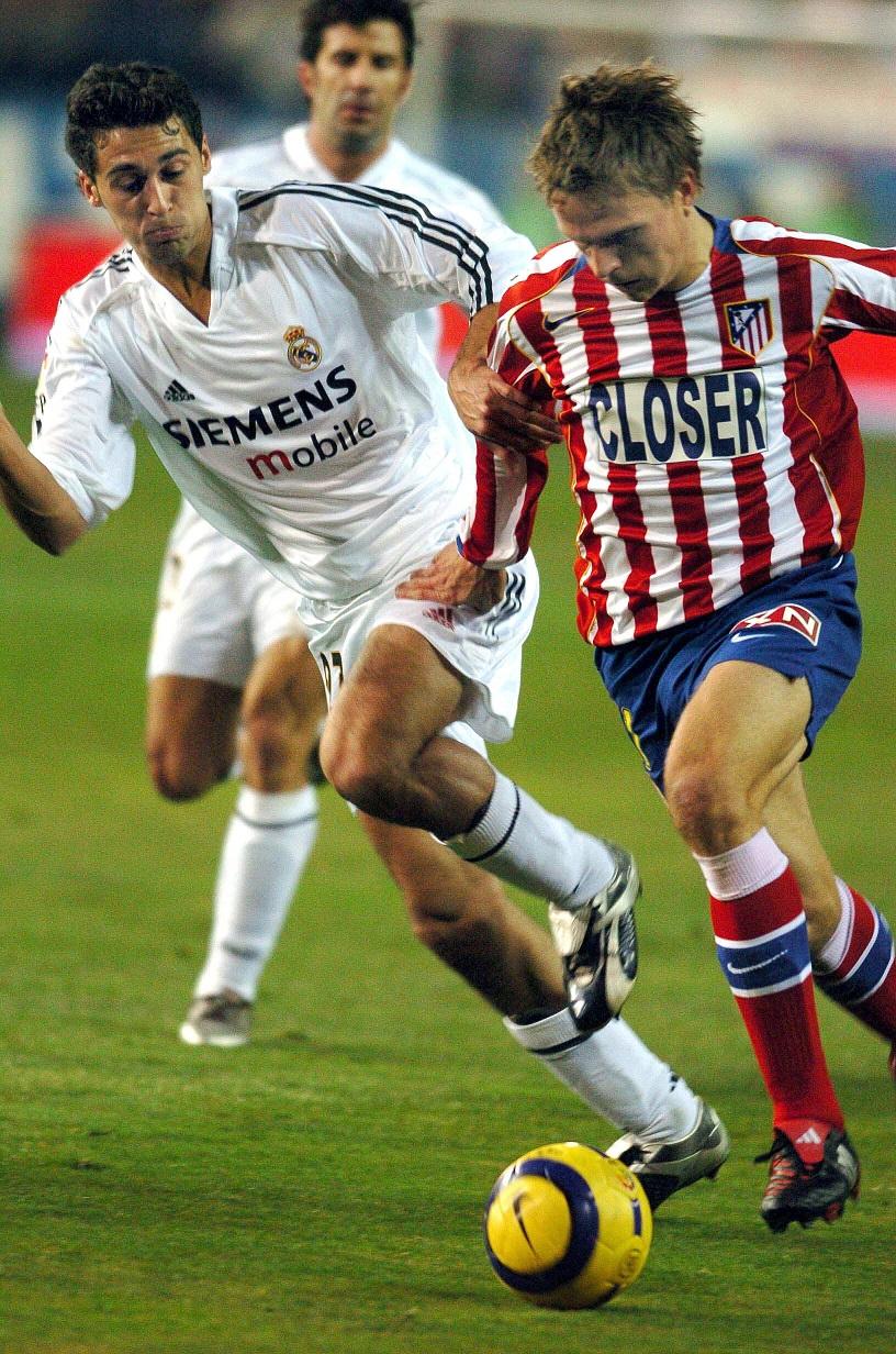 Gronkjaer, el día de su debut con el Atleti, en enero de 2005, tratando de zafarse de Arbeloa en el Calderón (Archivo 20minutos).