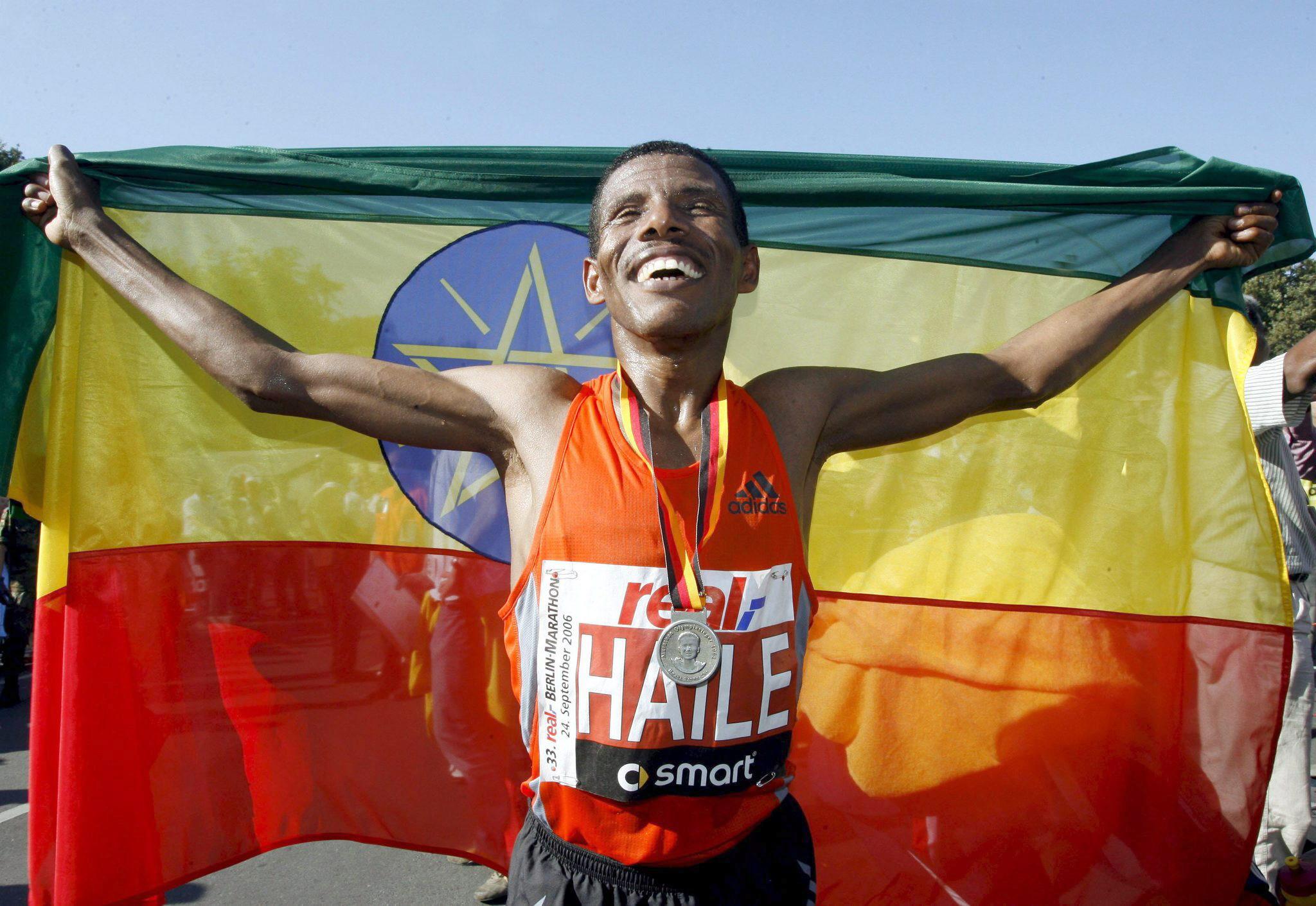 Haile Gebrselassie celebra su victoria en el Maratón de Berlín de 2006 (Archivo 20minutos).