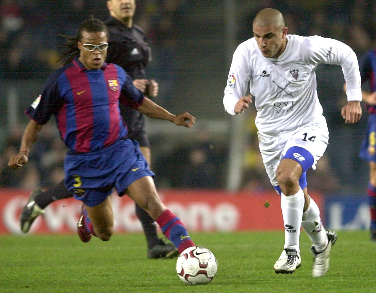 Aranda, perseguido por Davids en un Barcelona-Albacete en febrero de 2004 (Archivo 20minutos).